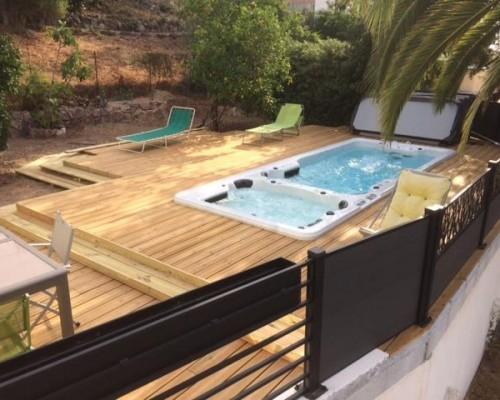 Spa de nage avec terrasse sur pilotis